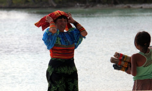 Kuna woman getting redy to go on a selling trip
